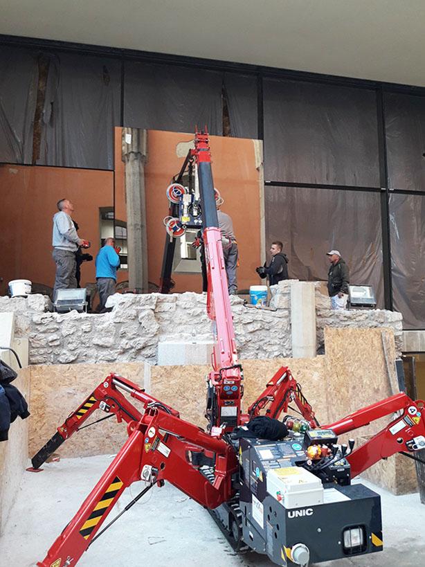 Felújítás közben a 200 m2-es függönyfallal