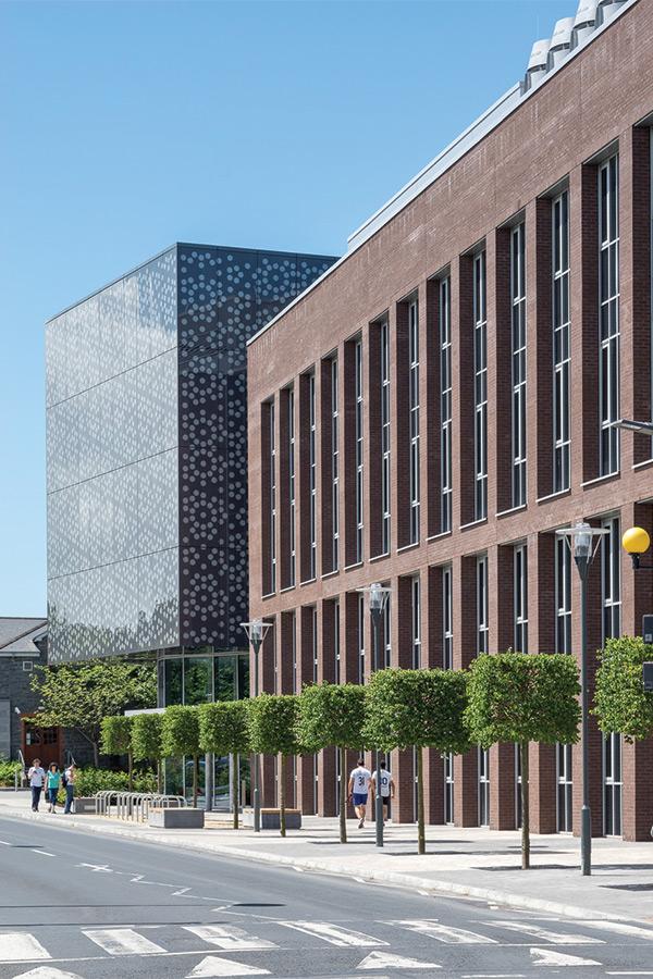 Limerick Egyetem Printelt Üveghomlokzat Egyedi Design Tökéletes Szimmetria