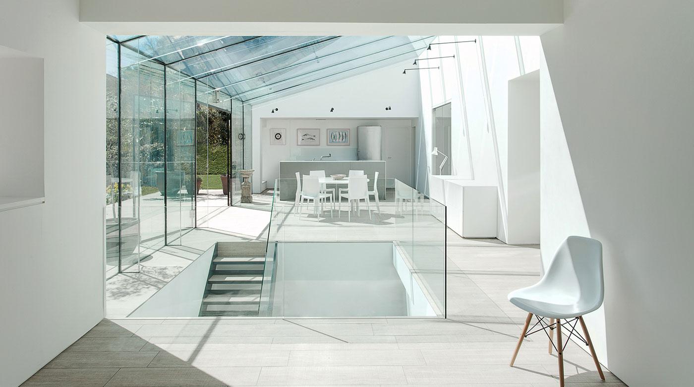Történelmi lakóépület modern üveg köntösben
